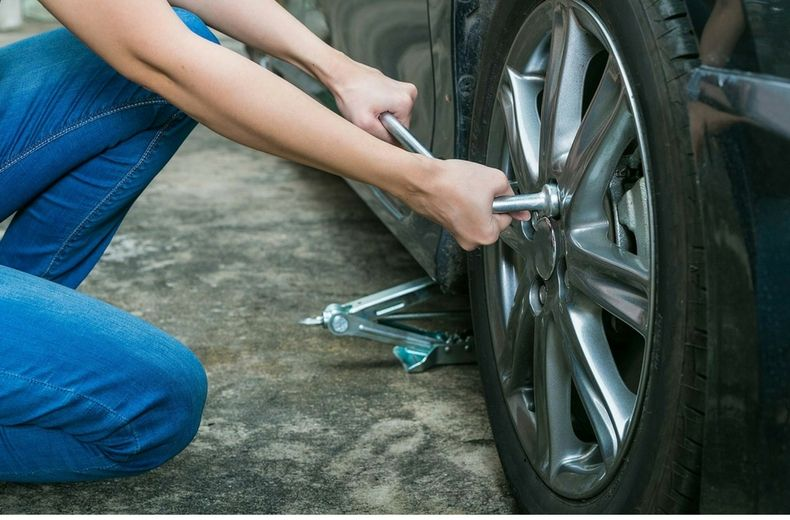 hands tightening lug nuts